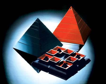 朱-黒-ピラミッド小