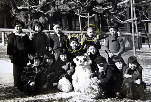 右上;高橋善樹君 左下:中谷 植柳小学校3年生頃、西本願寺の大銀杏の下にて(昭和30年頃)